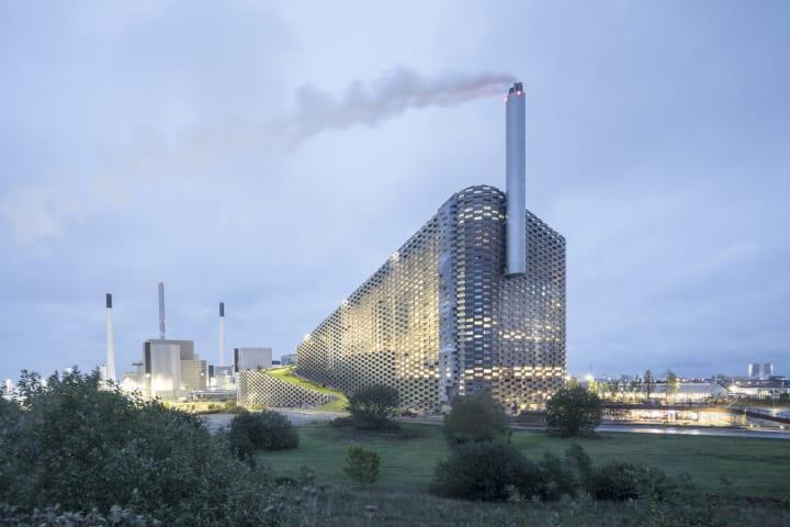 ごみ焼却施設の屋上に人工スキー場があるコペンハーゲンで話題のスポット「CopenHill」